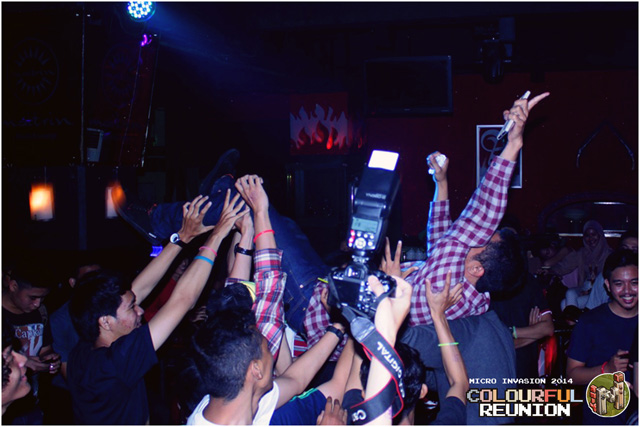 17-Crowd---stage-dive-(1)