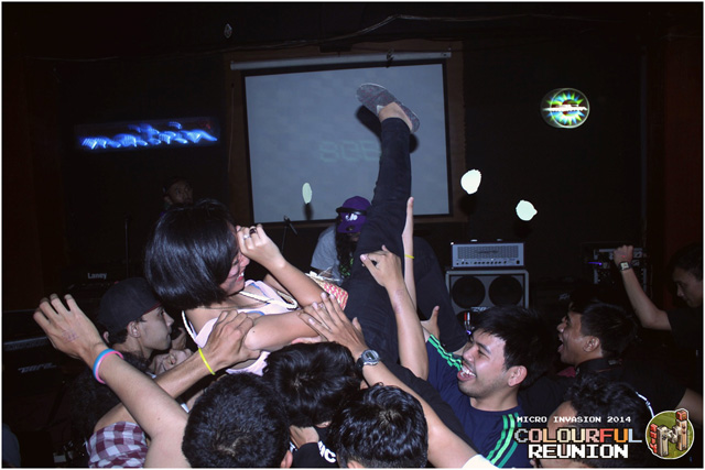 18-Crowd---stage-dive-(2)
