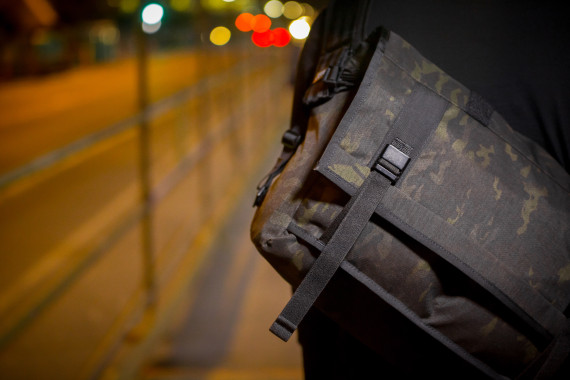 mission-workshop-black-camo-series-limited-edition-messenger-bag-02-570x380