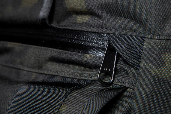 mission-workshop-black-camo-series-limited-edition-messenger-bag-08-570x379