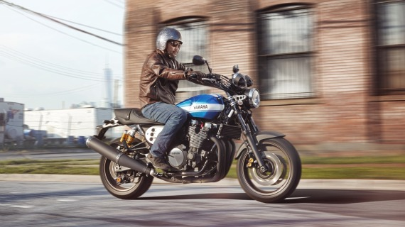 2015-Yamaha-XJR1300-EU-Power-Blue-Action-001-570x320