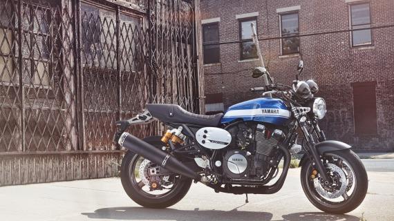 2015-Yamaha-XJR1300-EU-Power-Blue-Static-002-570x320