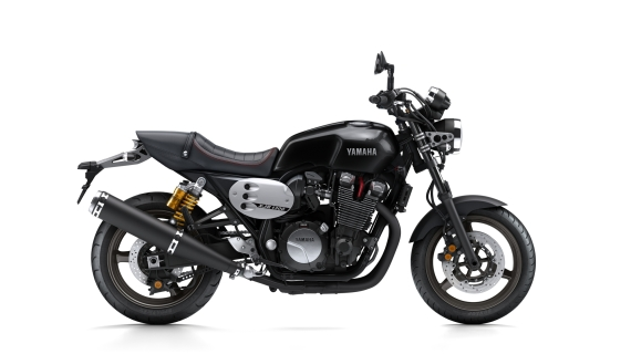 2015-Yamaha-XJR1300-EU-Power-Blue-Studio-005-3-570x320