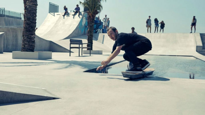 630xauto-18380-lexus-hoverboard-papan-skateboard-yang-bisa-melayang-di-udara-150807g-002-rev1