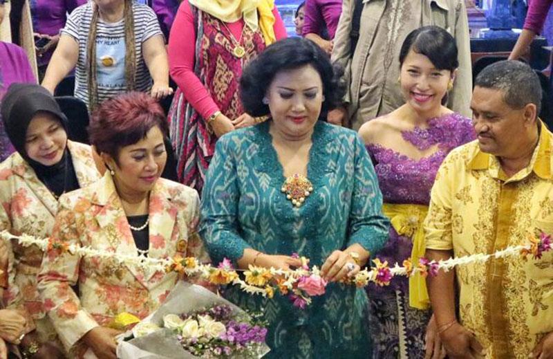Ibu-Gubernur-Ayu-pastika-bersama-ketua-DPD-Perwira-Provinsi-Bali-dan-Mall-Manager-Level-21-Mall-meresmikan-pembukaan-pesta-batik-&-craft