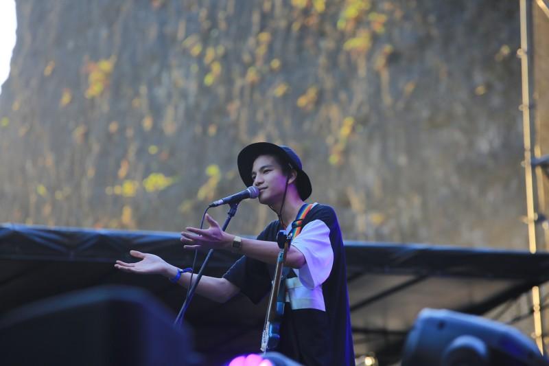 Penampilan Phum Viphurit di panggung Soundrenaline 2018 (4)