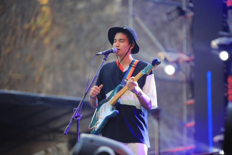 Penampilan Phum Viphurit di panggung Soundrenaline 2018 (5)