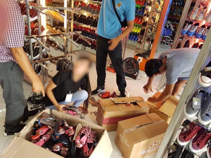 Proses Penyitaan Produk Wakai Palsu di Salah Satu Gerai di Bali