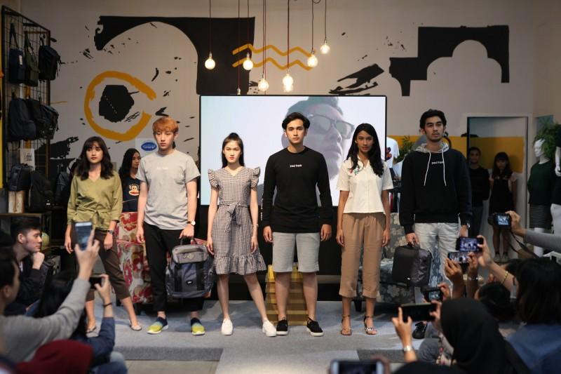 Para model menggunakan produk-produk fesyen dari berbagai macam merek yang hadir di Onmezzo.com.