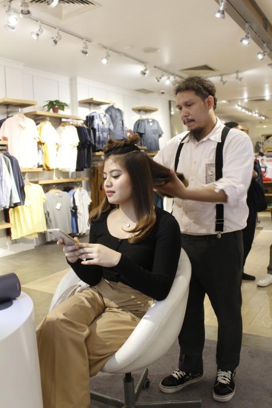 Pelanggan Menikmati Hairstyling oleh Hairnerds Studio Menggunakan Dyson