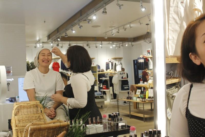 Pelanggan Menikmati Make Up Experience oleh MUA Abigail